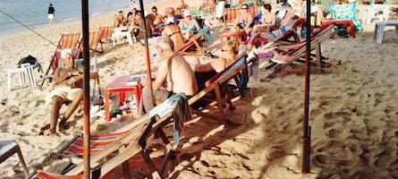 Retraités sur une plage de Pattaya