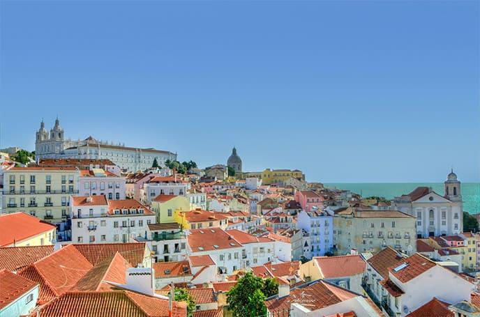 Vue sur les toits et l'océan au Portugal