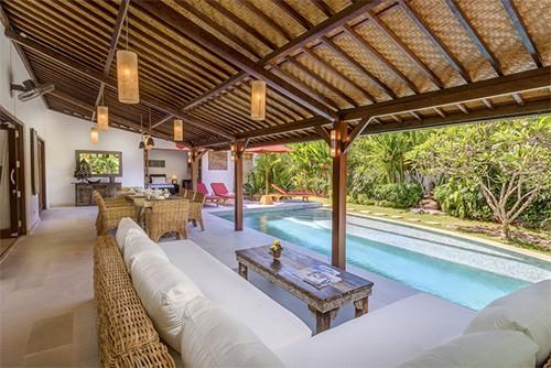 Magnifique terrasse en bois avec vue sur la piscine et le jardin