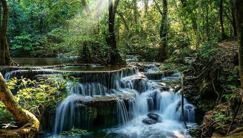 Cascade naturelle dans une forêt de Kanchanaburi