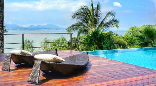 Vue imprenable sur la mer depuis la terrasse et la piscine