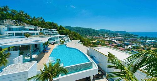 Villa avec piscine surplombant la ville