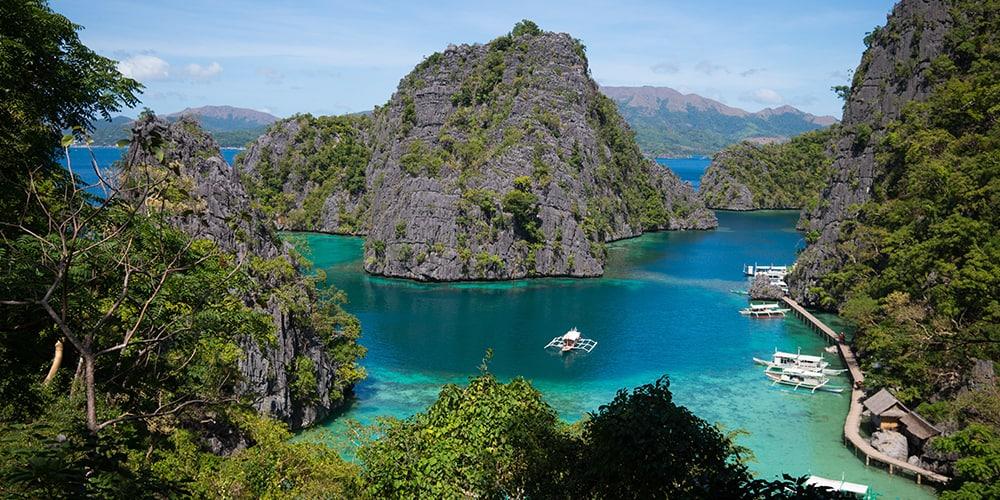 Végétation luxuriante et ile au milieu de la mer turquoise