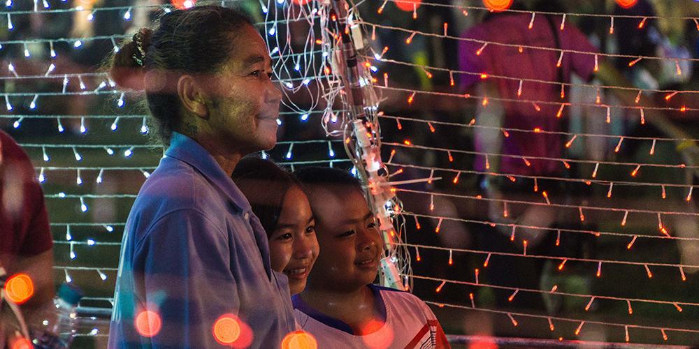 Thaïlandaise avec ses enfants souriants
