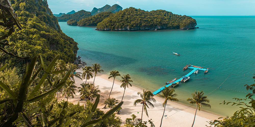 plages de sable paradisiaques, falaises, cocotiers, lagons, estuaires et végétation luxuriante