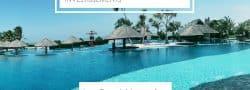Immense piscine bleue avec cottages
