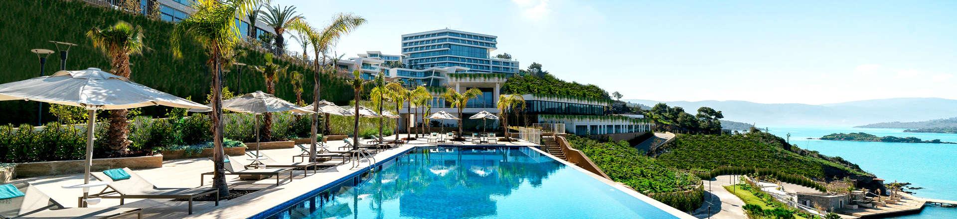 Résidence avec piscine bleue et vue sur la mer