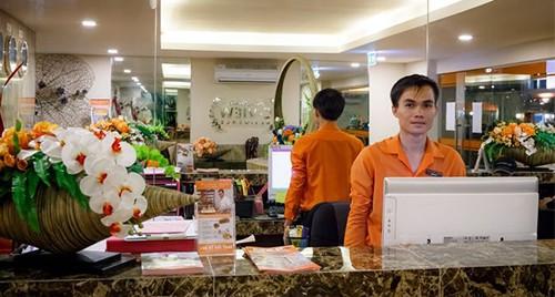 Jeune réceptionniste à l'accueil d'un hôtel