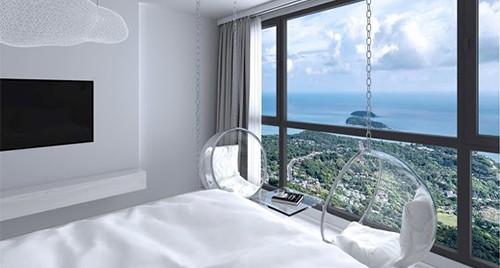 Chambre lumineuse et moderne avec énorme baie vitrée donnant sur une vue surplombant la ville